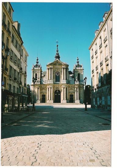 Vue de la cathédrale dans la perspective de la place Saint-Louis