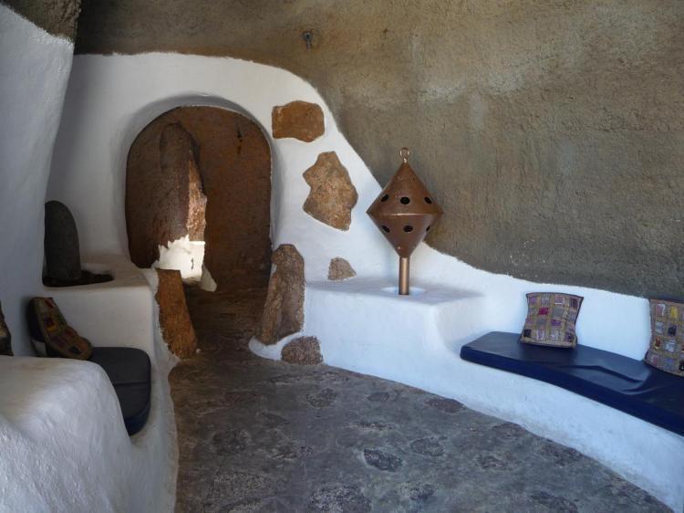 Espace de détente extérieur dans la grotte
