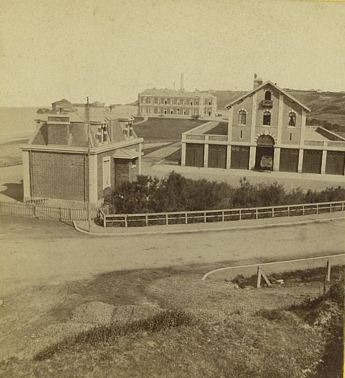 Pavillons d'entrée, écuries impériales et Villa Eugénie, bâtiments de brique et pierre, milieu XIXe