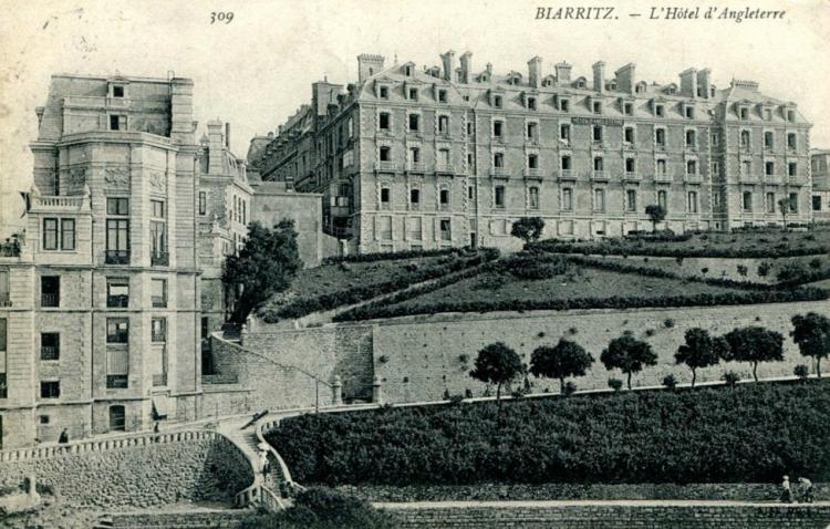 Hôtel d'Angleterre, 1870-1872, élévation en (fausse ?) brique et pierre. Casino Bellevue, à gauche, carte postale, années 1870.