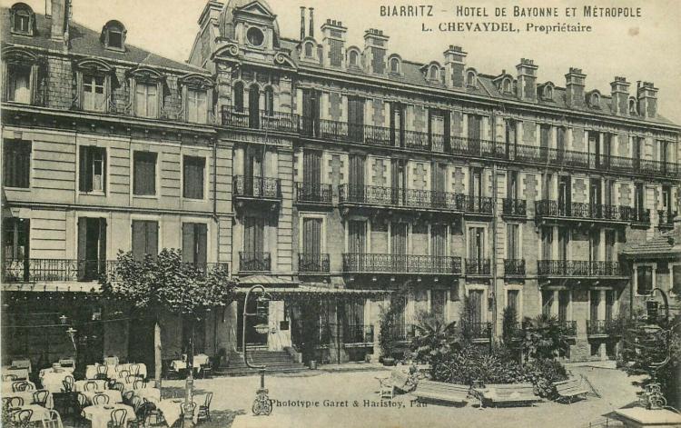 Biarritz, hôtel Métropole, rue Gambetta, façade en brique aux 2e et 3e étages, refends au bas (rdc et 1er étage), cheminées en brique, état fin XIXe-début XXe