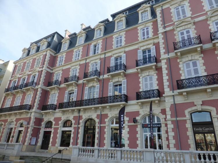Hôtel Continental, 1882-1883, élévation en fausse brique judicieusement rétablie, cl. Ph. Cachau