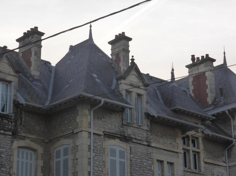 Souches de cheminées en brique et pierre sur villa en pierre, fin XIXe-début XXe, près de la Villa Grammont, cl. Ph. Cachau