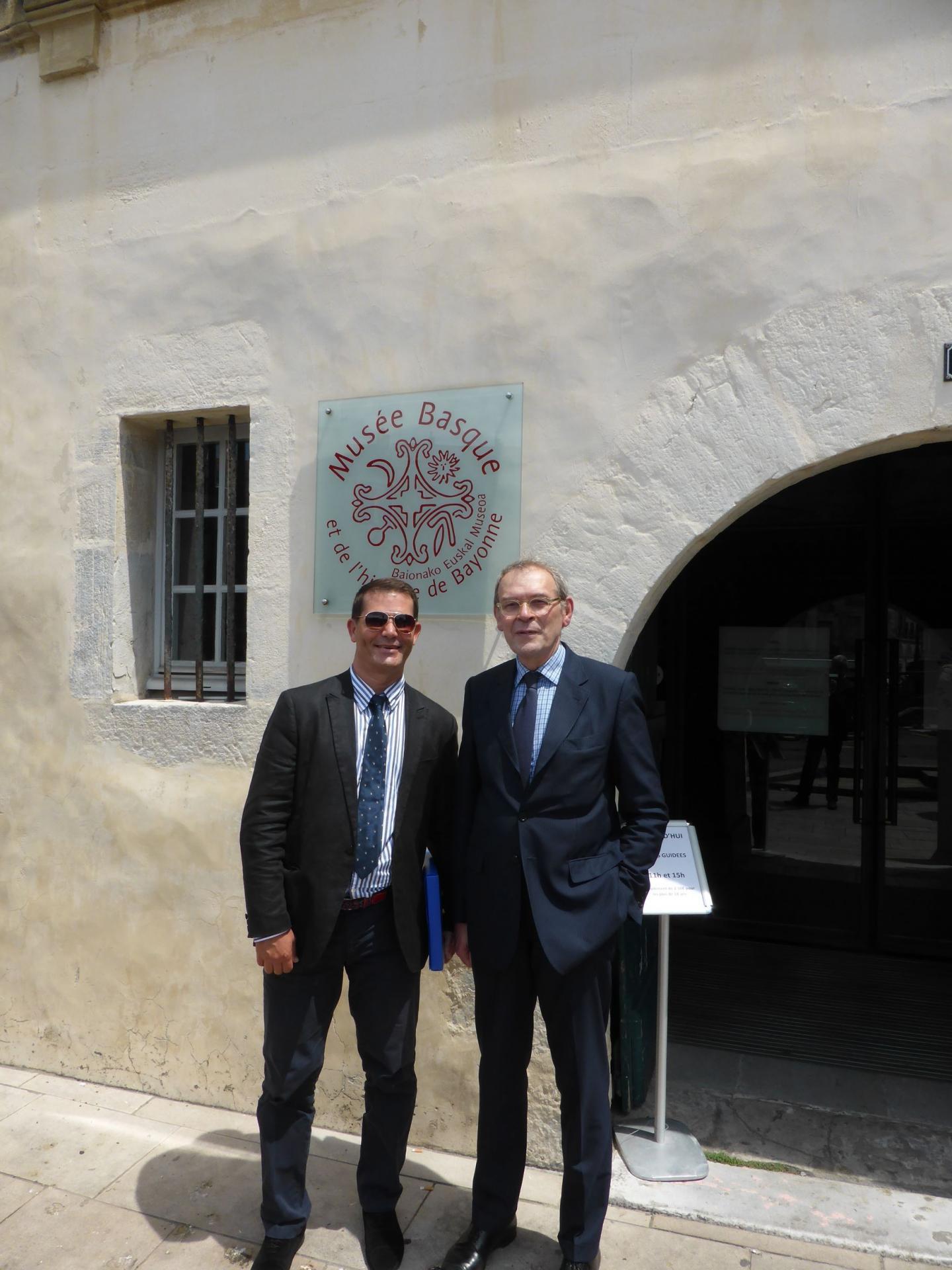 Philippe Cachau et Jean-Jacques Aillagon devant le Musée basque de Bayonne, juillet 2016