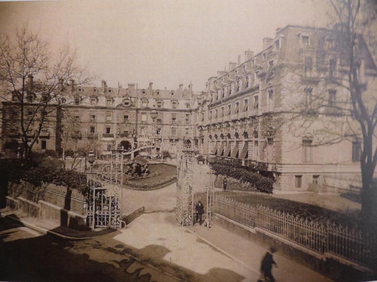 Cour de l'Hôtel d'Angleterre au début du XXe siècle. Changement d'esthétique notable sur le pavillon de l'aile droite (façade blanche)
