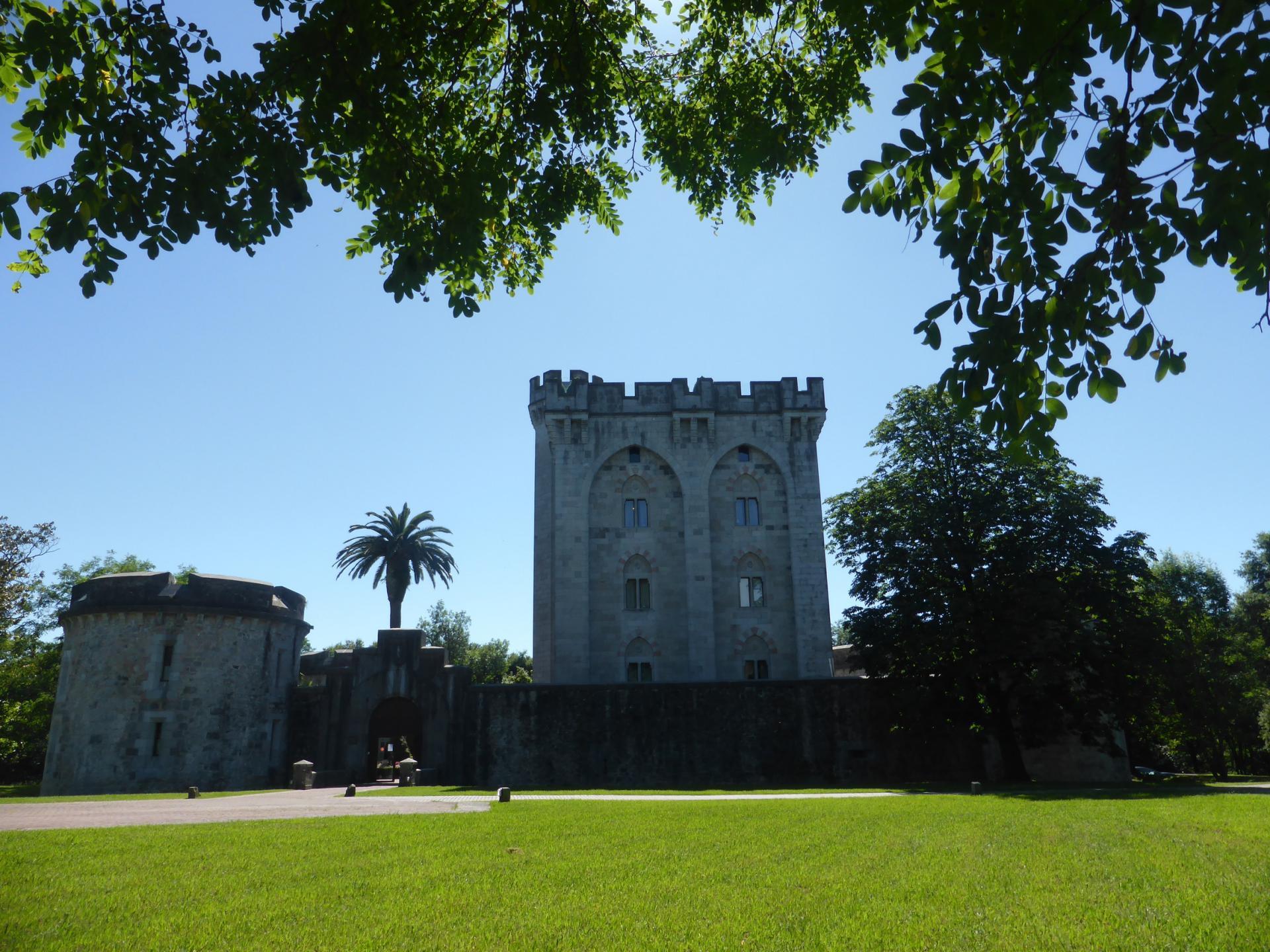 Le château du côté de l'entrée (cliché Ph. Cachau)