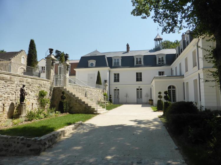 Petite cour d'entrée du château en contrebas de la cour (ancienne basse-cour XVIIIe), cl. Ph. Cachau