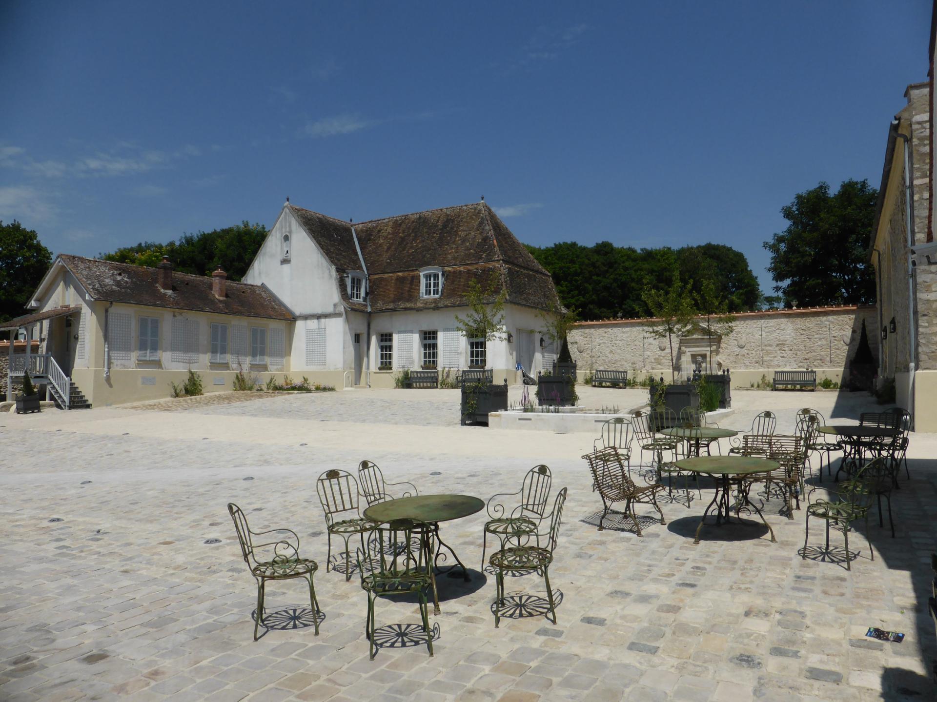 Grande cour du château (ancienne basse-cour XVIIIe), cliché Ph. Cachau