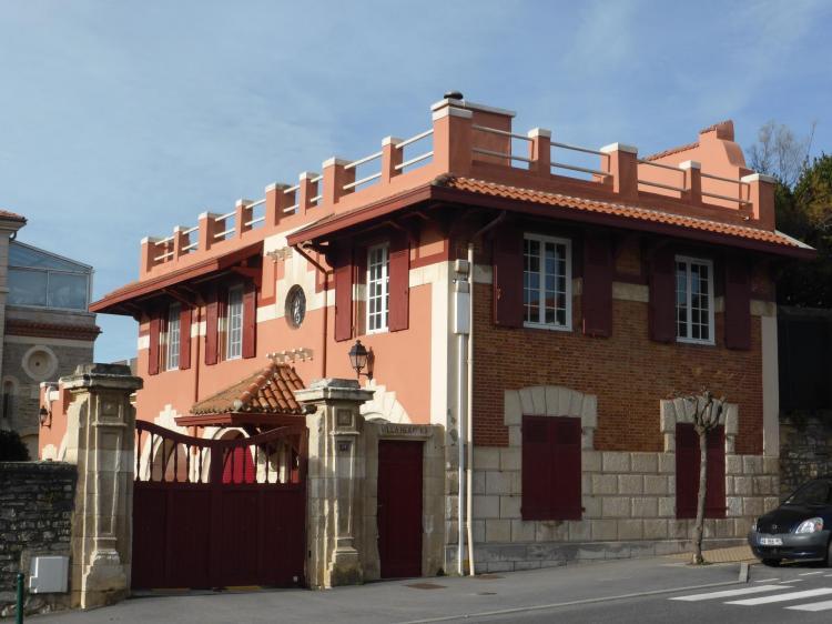 Pavillon d'entrée sur l'avenue de l'Impératrice, début XXe. Façade de brique sur rue, crépi rouge au lieu de fausses briques sur la cour, cl. Ph. Cachau