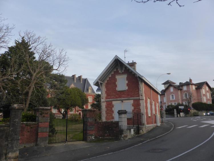 Alphonse Bertrand, Villa Grammont, pavillon d'entrée en brique et pierre. Villa avec crépi rose à l'arrière-plan, cl. Ph. Cachau