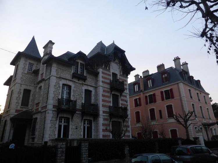Biarritz, villa en pierre de Bidache, brique et pierre blanche, Pavillon Carré à crépi rose, autrefois place Bellevue, cl. Ph. Cachau
