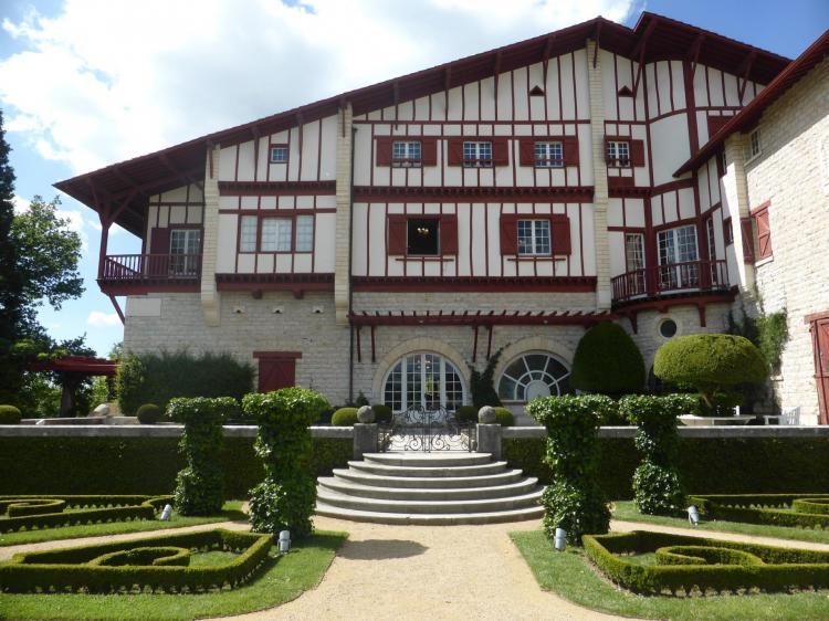 La villa et ses parterres au-devant, cl. Ph. Cachau