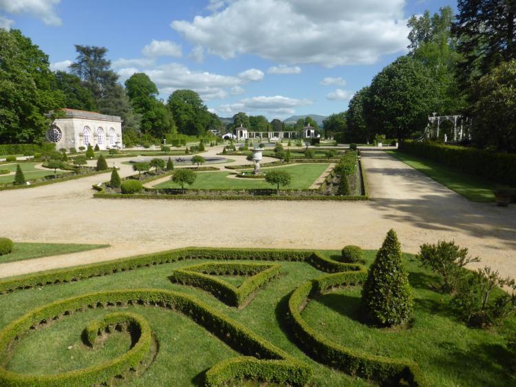 Parterre de broderies et topiaires au pied de la villa. Orangerie au fond, à gauche, cl. Ph. Cachau