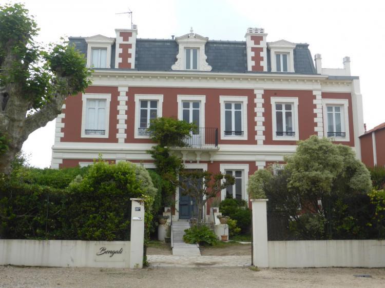 Villa Bengali, rue Gambetta, fin XIXe, élévation autrefois en fausse brique.