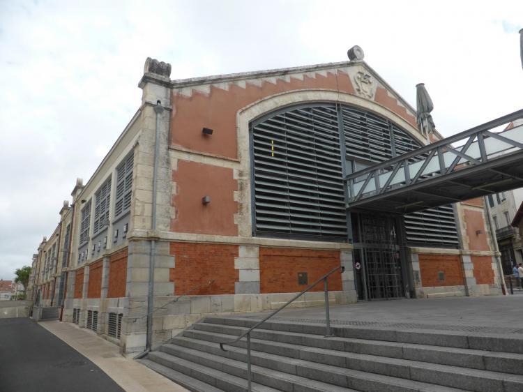 Biarritz, Halle centrale, 1881-1883, élévation de brique (au bas), autrefois en fausse brique (en haut) et pierre, cl. Ph. Cachau