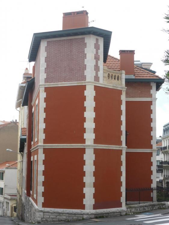 Villa, rue du Helder, fin XIXe. Crépi rouge uniforme au lieu de la fausse brique. Partie haute en brique, cl. Ph. Cachau