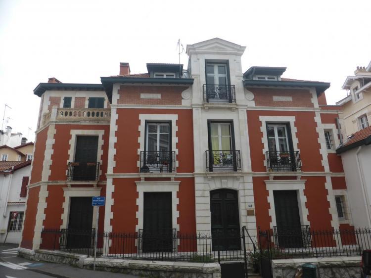Villa, rue du Helder, fin XIXe. Elévation autrefois en brique et fausse brique. Brique en partie haute, cl. Ph. Cachau