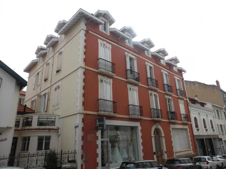 Façade blanche d'un côté, rouge sur la rue ou les hésitations des services techniques de Biarritz, cl. Ph. Cachau 2019