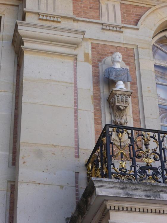 Versailles, cour de Marbre, années 1660. Détail de l'avant-corps en brique. Fausse brique près du pilastre, cl. Ph. Cachau