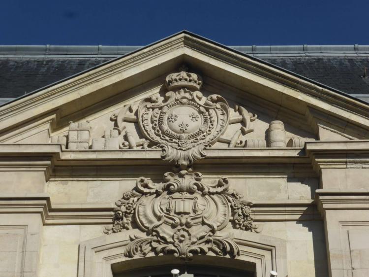 Pierre Meusnier : Palais du Commerce de Tours (1757-1759), détail du fronton central sur la rue (cl. Ph. Cachau)