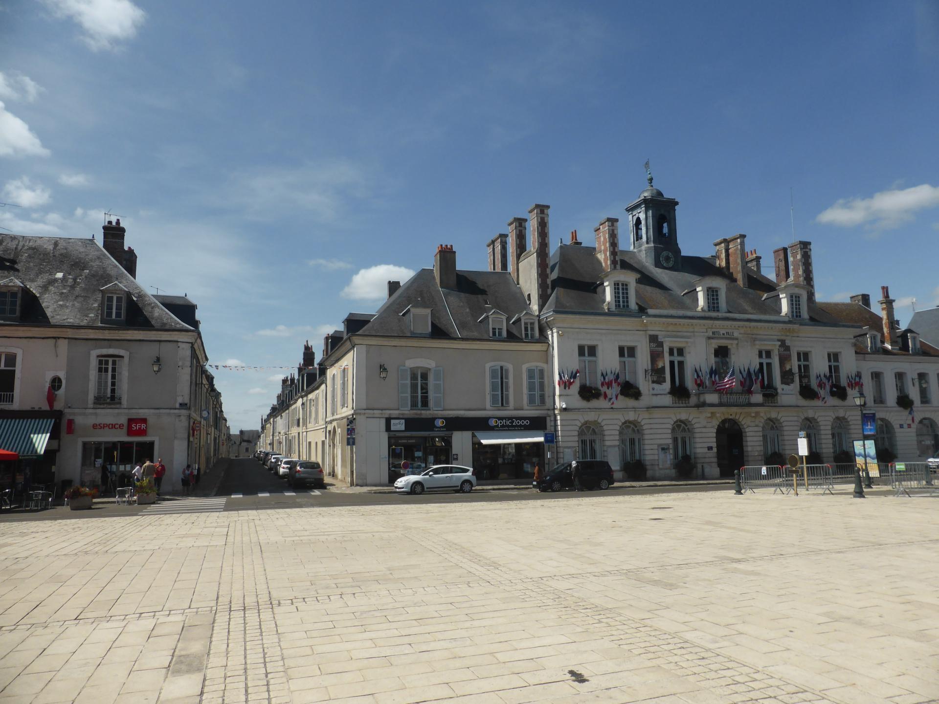 Châteaudun, place centrale, ex-royale, et sa rue axiale, XVIIIe siècle, cl. Ph. Cachau
